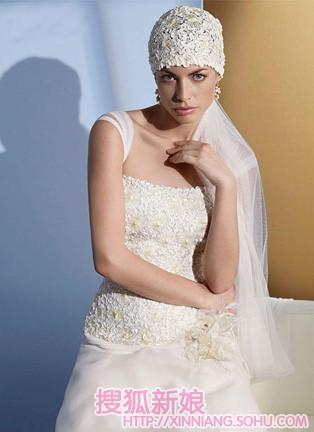 新娘蕾丝婚纱巧配珍珠婚饰