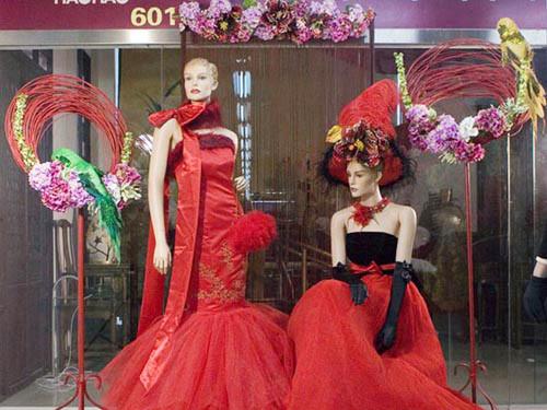 红色系礼服橱窗展示图