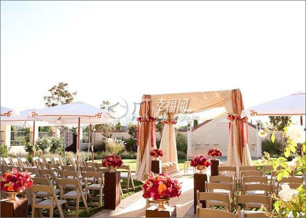 婚礼仪式现场的凉亭和帷幔也是印度风情的.