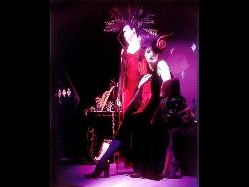 活泼欢快的红色礼服橱窗设计展示 (2)
