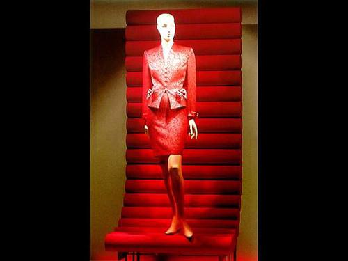活泼欢快的红色礼服橱窗设计展示(2)_装修·橱窗