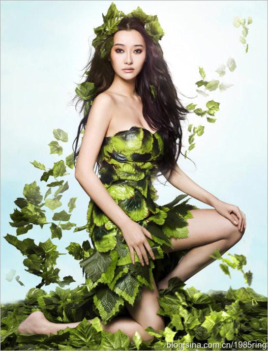 爱戴披着树叶呼吁环保