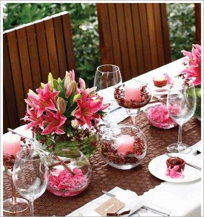 近年来欧化的婚礼被越来越多的国内新人接受。翠绿的青草、鲜花和绿叶做成的拱门圈出主会场,整齐的大长桌上铺满了鲜花和美食,这种婚礼通常都采用自助餐的形式。大地、蓝天、阳光、绿草让大家跟随你们的脚步一同走进美丽的大自然婚礼吧!
