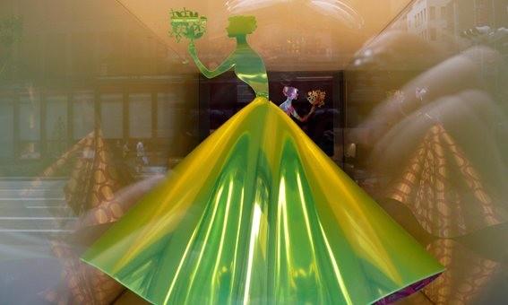 日本橱窗设计--穿婚纱的糖纸姑娘