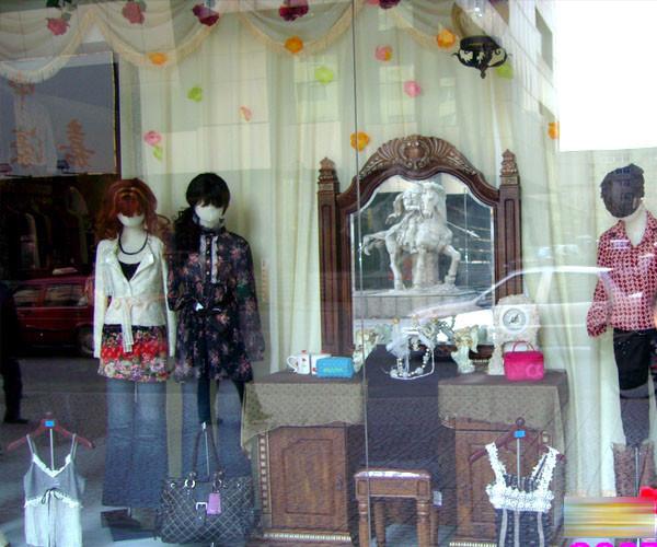 小小的橱窗,从背景纱缦的布置,到各种商品的展示,小到假发,帽子,大