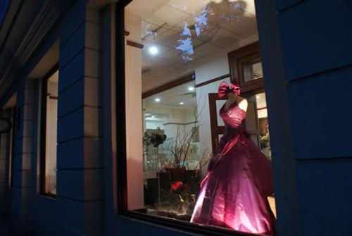 夜晚的影楼橱窗 待嫁的新娘