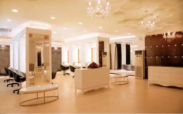 化妆区    皇宫的VIP尊荣化妆区与看样区,是专门服务于高端价位客户。高档次舒适的个人空间,让客人能充分体验到尊贵奢华、物超所值的感觉,由皇宫独有的VIP专业服务团队提供顶级优质的服务,首席VIP设计师全程一对一造型服务,人性化的服务让客人在化妆过程中也能得到舒适的休息和放松,绝对独立的化妆间、休息室和看样间体现出了奢华典范的真实魅力。
