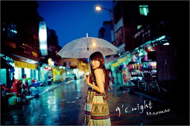 场景选择方面:   蒙蒙细雨的夜晚来拍摄人像拍摄就更有一番情趣了。因为夜晚的灯光反射到地面上形成倒影,就会带来特别好的色彩效果,加上模特的真情演绎,使画面更加生动,更加梦幻迷离。由此看来,雨天夜景的人像拍摄效果要比一般夜景人像更为丰富。
