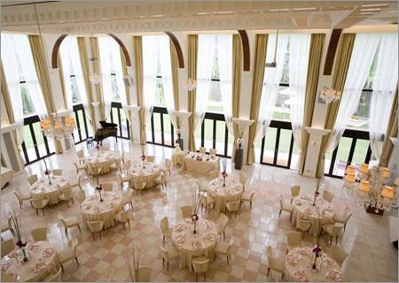 婚礼现场布置要根据婚宴大厅的高度进行调整,酒席的桌数,餐桌的大小