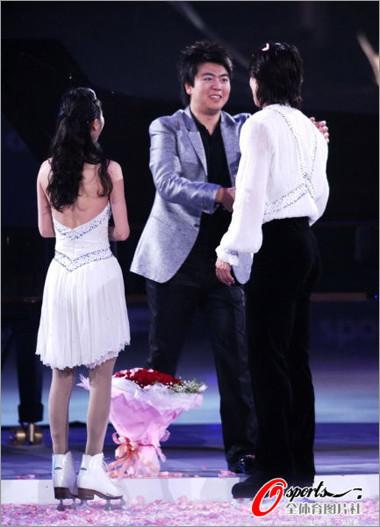 2011冰舞盛典 演出现场佟健深情向庞清求婚 结婚 婚礼策...