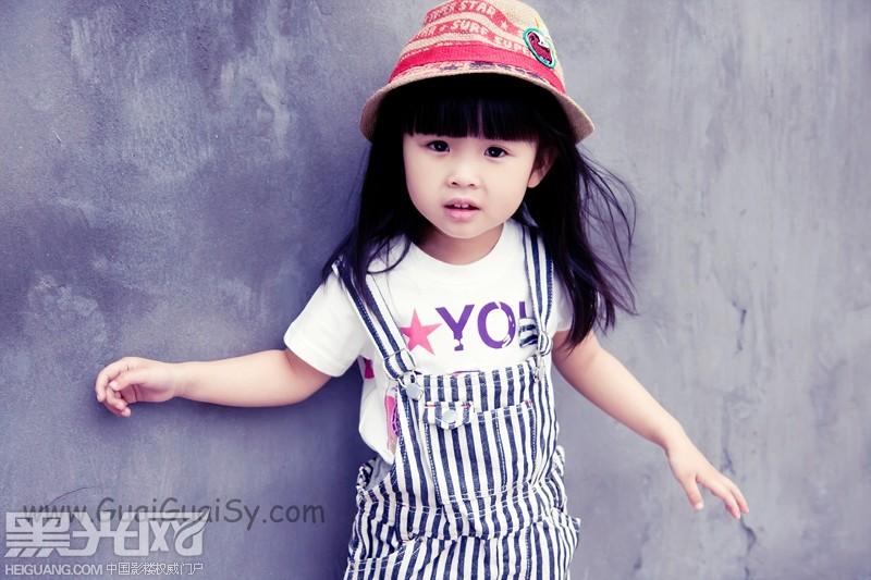 外景风格可爱小女孩艺术照;