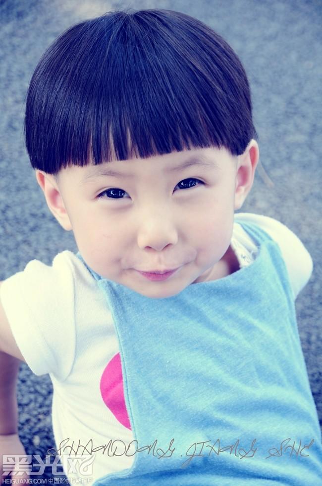 大眼睛可爱小男孩图片