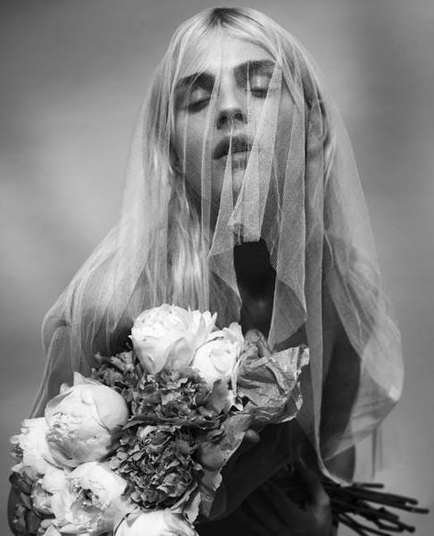 pejic近日登上著名的同性时尚杂志《out》的封面,头戴红玫瑰和白面纱