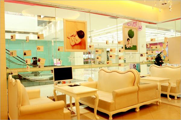 芝麻开门北郊店的装修与品牌旗下的其他的店面统一却不同。利用其特殊的环境,整体设计规划更加紧凑,同时,也保留了洽谈区等同样的家具。总而言之,芝麻开门儿童摄影装修为时尚混搭风,简约的欧式家具、时尚的化妆、储藏、走廊设计,搭配精心的细节,体现良好的服务、与整体风貌。