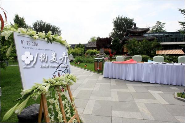 设计方案出来后,新人看完就满意了,接下来是找材料,我对材料的要求是蛮高的,首先的找到切合婚礼主题的两种材料,竹子和兰花。北京找南方的粗竹子还真不是很容易,直径要求4.5-5CM,绿的要自然,不能有弯曲;兰花呢,蝴蝶兰的切花花朵太大,如果都用那么大朵的兰花做,会显僵硬,于是跑到南五环的兰花基地,寻找小巧的兰花,用心了当然是能找到的。   乙十六号特有的皇家园林场地,足以实现很多新人和设计师的想法!当然,整场婚礼的主题依然是围绕兰竹之礼,德馨之禧。那么,能与兰花和竹子这种天然去雕饰的植物相配的,必然也得