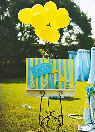 例如用手工制作的纸盒,纸盒里面准备了一些黄色和蓝色的糖果让来宾享