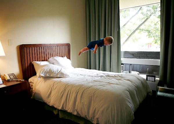 女摄影师Rachel Hulin为自己的儿子拍摄了一组创意性的飞天照片。   为了使孩子的飞翔照片看起来真实,她将拍摄地点选在日常生活中地方,比如卧室、厨房、家庭走廊和楼梯。她表示,这些作品可不是用室内和风景照剪贴和拼凑在一起的。她说,她从来没有做将孩子抛在空中的危险动作,只是用了某种只可意会不可言传的技法来达到飞天的效果。她也没有可以让孩子保持某种姿势,而是任由孩子在空中飞翔,动作有时优雅有时憨态可掬。