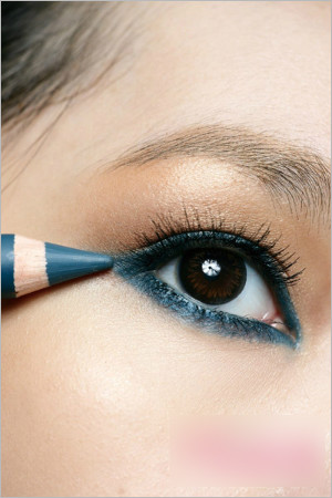 蓝色眼线画法 打造摩洛哥女郎眼妆