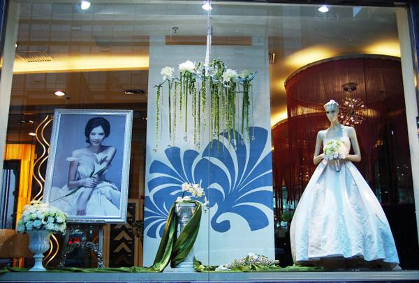婚纱影楼橱窗设计,淡淡花香中的爱恋