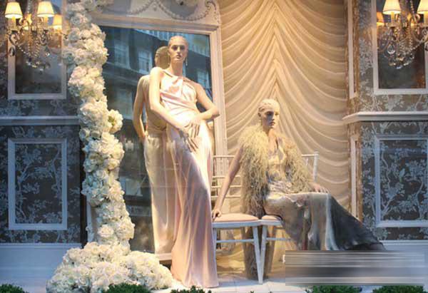 完美的橱窗设计除了可以抢人眼球外,也起到好的烘托服饰的作用。拉夫劳伦(Ralph Lauren)带有一股浓烈的美国气息,时装设计融合幻想、浪漫、创新和古典的灵感呈现,所有的细节架构在一种不被时间淘汰的价值观上,拉夫劳伦的主要消费阶层是中等或以上收入的消费者和社会名流。   2012伦敦的夏季橱窗设计以古典浪漫主义为设计理念,在华丽、梦幻的背景下,展现出拉夫劳伦(Ralph Lauren)品牌的独特魅力。