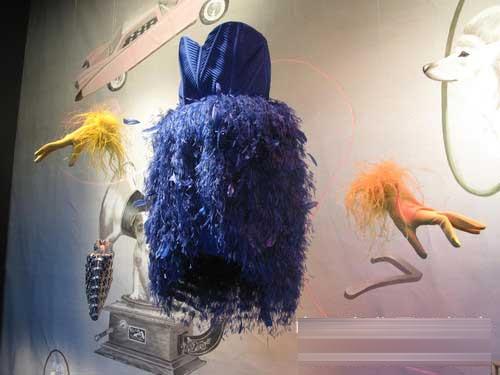 奇妙梦幻主题橱窗设计:飞舞的婚纱