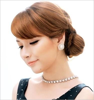 采用各种编发盘起,令整体的气质婉约优雅,露出的脖颈配上华丽的珠链