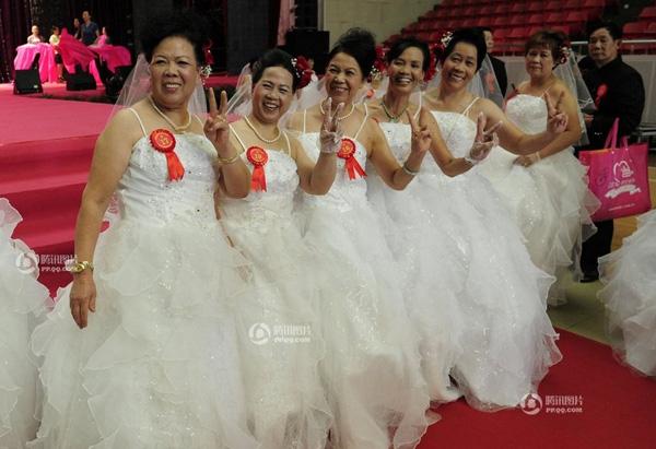 微画面下载a画面银发:60对老人婚礼电影电影中国老集体迅雷08九十年合集记录图片