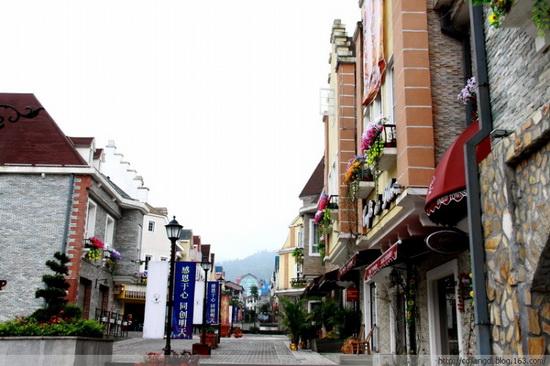 而排名稍微居后的街子古镇,南湖梦幻岛等老牌婚纱摄影景点也大有后来