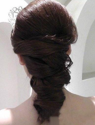 这款韩式新娘盘发发型,用了繁杂复古的方式把整体的造型诠释出来,把