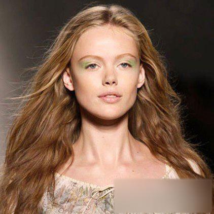 欧美裸相_欧美名模示范新年美妆趋势 呈现耳目一新的新妆美感