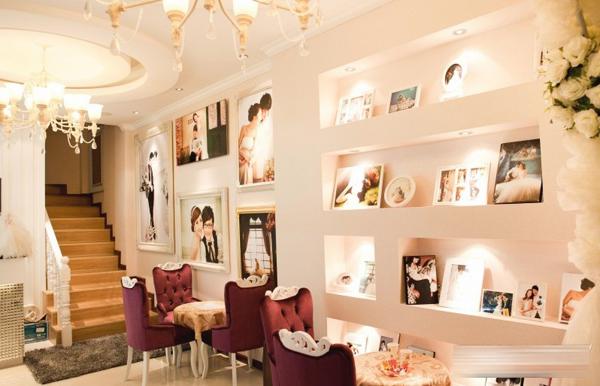 河南信阳皇室米兰婚纱摄影,店内的装修设计采用欧式风格,让你感觉到尊贵的全新的最温暖的摄影体验。