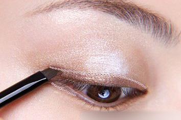 眼妆的画法图解 善睐明眸点亮新年新精彩