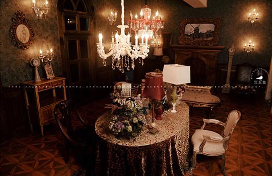 新古典印象派实景影棚的设计,不仅从家居的选择上有着追求古典艺术的要素,同进色彩上也要取胜。 本作品将装饰的重点放在家具的华美和对细节的精雕细琢上。整个空间的布局宽敞,壁炉,精美的花瓶,欧式古典座椅等所有体现欧美印象派的搭配元素都很好的利用其中,看似繁杂的设计却带给新人们以豪华的享受。