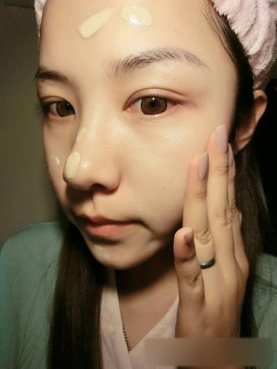 步骤二:接着选择一款适合自己皮肤颜色的bb霜,用点涂的方法在脸部