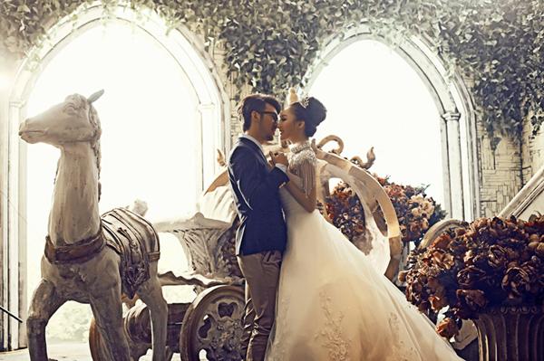 无论是梦幻版还是现实版,八零年代,九零年代的的女孩们都有着一个公主梦。她们喜欢把一切可爱、时尚,童话梦境中的元素用在自己摄影作品中,他们希望王子骑着白马的到来。因此,通过影楼实景影棚的设计,造一款充满着童话味道的空间,正符合了现代小女生的拍摄要求。一起走入这款童话公主空间,欣赏王子与公主的完美爱情。