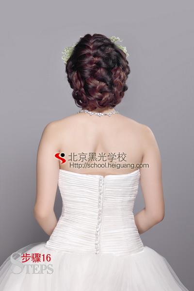 新娘鲜花造型(二)(8); 两侧区以编的手法至发尾,将多余的头发向上收图片