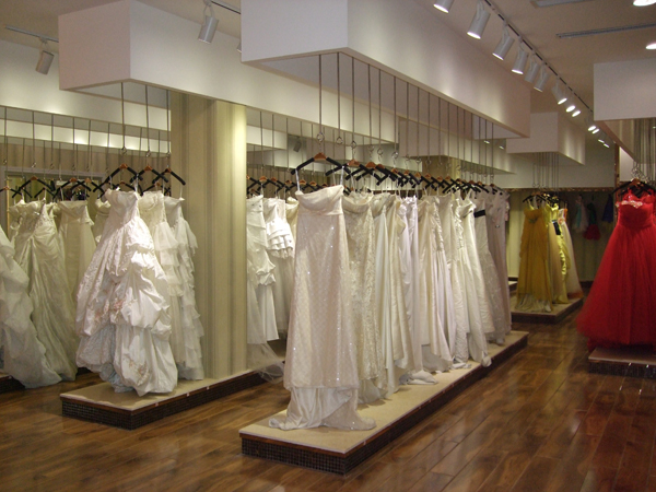 影楼装修设计中,礼服展示区越来越成为关键的一环,在针对打造五星级影楼概念中,我把对礼服区的功能做出以下几方面的修改心得,供大家参考:   一. 礼服区在功能布置上会分为:普通拍摄区,加价拍摄礼服区,写真礼服区,出租礼服区,VIP量身定做礼服区。   二.在所有的礼服区中,重点把男装区,写真区礼服,拍摄所要用到的鞋子和相对应的饰品都成立了专门的区域,把以前相对比较零乱的礼服区细分到每个区,这样的一个好处,就原来礼服区摆放不整洁,或不整齐的现象给彻底扭转过来。   三. 用专卖店的装修模式来打造礼服区,整