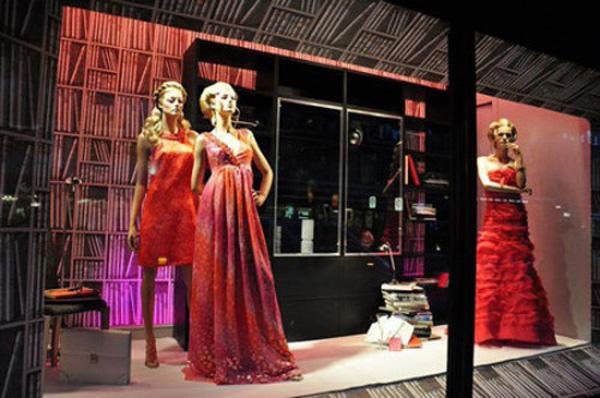 婚纱影楼橱窗设计欣赏:红色跳动的激情艺术展