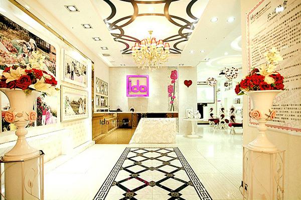 长沙市芙蓉区艾度婚纱摄影经营部源于韩国,总部设于上海,旗下拥有160多家全球连锁加盟店。是一家以技术品质为核心,闻名全球的风尚摄影第一品牌。 长沙市芙蓉区艾度婚纱摄影店内的装修设计风格采用精致、华贵、高雅,更不乏舒适的欧美风格,将文化气息与艺术生活合而为一,华丽的装饰,精美的空间造型设计,赢得了众多顾客的喜爱。