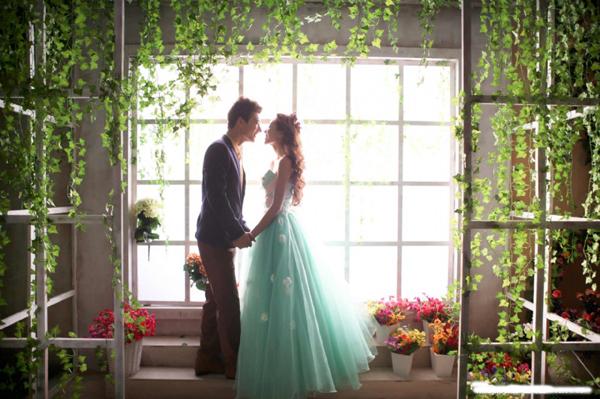 喜欢韩式婚纱照的你们是否还在懵懂年纪就读过王子与公主的故事。初经爱情,那个时候你们的心开始了微微的颤动。就在拍婚纱照的时候,是否突然想起了孩提时读过的《王子与公主》。 新派摄影实景影棚融合现代韩风潮流,打造了现代版的《王子与公主》时尚韩风婚纱摄影场景,带给新人们一幅美轮美奂的画卷。