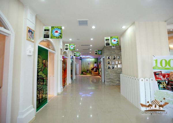 巧克力城堡儿童摄影中心成立于2010年3月,隶属于聊城东方摄影集团公司(另有:东方摄影、玛雅摄影)旗下店。店内的装修设计采用韩式风格,一片洁白的色调设计,没有太多造作的修饰与约束,不经意中成就了另外一种田园休闲式的自然空间。   绿植的点缀,涂鸦设计,弧形罗马门,房顶的伞状设计,让你身如其境,好像身在一个美丽的城堡里,美的无法想象!