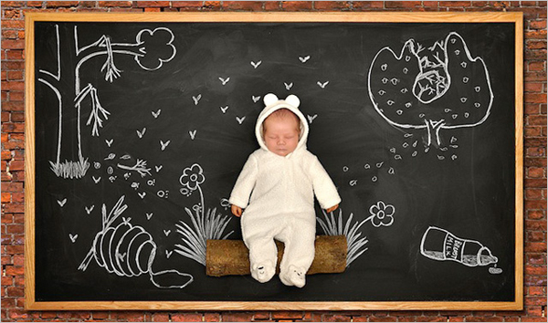 所有父母都希望能为自己的孩子留下独一无二的照片,Anna Eftimie也不例外。这个宝宝是Anna的第二个孩子,她和丈夫都希望能拍一些别出心裁的照片,因此一直在寻找创意,但是没有结果。后来,Anna的丈夫想出了用黑板和粉笔画出场景的点子,在进行了一次尝试后大受朋友和家人的欢迎,从此他们一发不可收拾。   这种拍摄方式其实并不算新鲜,我们曾经介绍过的《米拉的白日梦》就是一例。拍摄这样的照片并不太困难,反而更考验父母的创意。希望尝试的父母不妨从这些照片中寻找一些灵感吧。