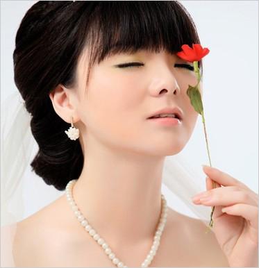 纯美的低盘发髻,薄碎齐刘海轻盈自然,简单仙气的新娘发型图片
