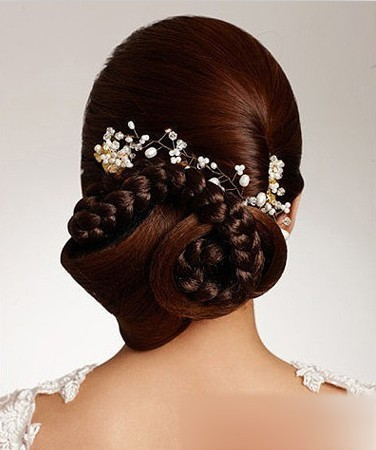 优雅的旋涡式卷盘,辫子环绕,搭配珠花发饰,优雅细腻.