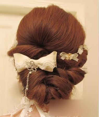 黑色可不适合这样的编发发型哦,空气感卷度编发,搭配若干蝴蝶结发饰