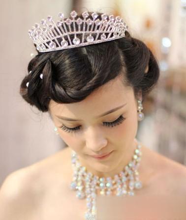 精致可爱的刘海编发造型设计,层叠式的造型丰富发型,搭配王冠发