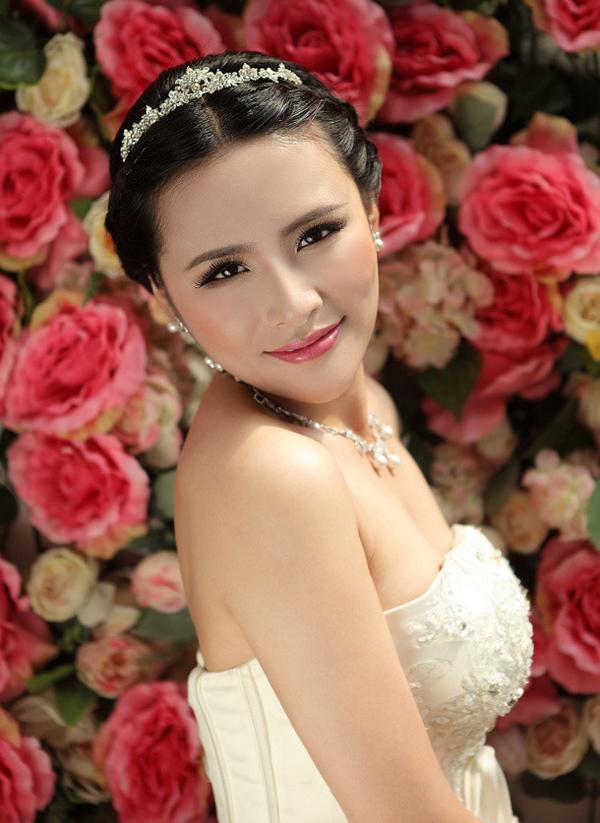 结婚是一个女人最幸福的时刻,也是最美丽的时候。在即将到来的幸福日子,准新娘们是否在找寻最适合自己的发型呢?看看小编为你推荐的新娘发型,希望你可以找到心仪的一款。