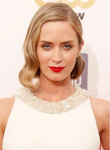 richie将她齐肩的短发向后扭转成一个时尚的波西米亚式发型.图片