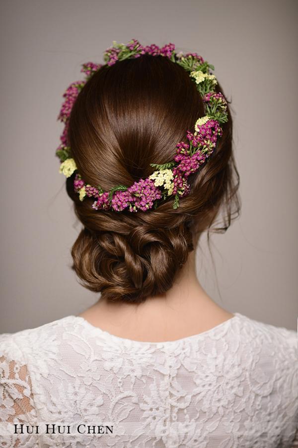 鲜花点缀时尚新娘优雅盘发图片