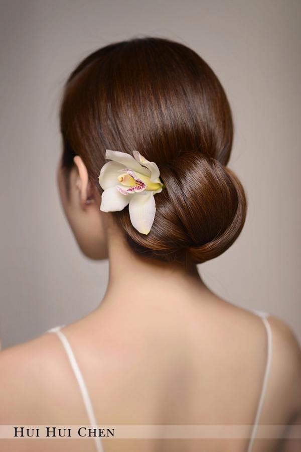 新娘造型馆   鲜花点缀时尚新娘优雅盘发   妆面赏析   影楼